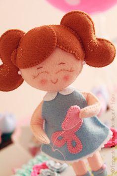 Free Felt doll pattern, like her hair Felt Patterns, Stuffed Toys Patterns, Felt Diy, Felt Crafts, Felt Dolls, Paper Dolls, Felt House, Sewing Dolls, Felt Ornaments