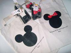Linda sacola ecológica estampada em transfer Para os meninos, Mickey. Para as meninas, Minnie com um lindo laço vermelho de tecido (acréscimo de R$1,00sacola)  As sacolas vão embaladas uma a uma em saquinho de celofane transparente, amarradas com fita de cetim e tag da minha marca.  OPCIONAL: Tag personalizado R$0,65cada  Quantidade mínima: 30 sacolas  Pode ser feita em tamanhos menores. R$11,95