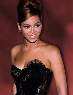 Very few celebrities have had as much of an impact on women's hairstyles as Beyonce. Come take a look and choose your favorite. Beyonce Pictures, Hair Pictures, Natural Hair Styles, Short Hair Styles, 10 Most Beautiful Women, Side Swept Bangs, Updo Styles, Cut My Hair, Beyonce Knowles