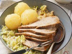 Schweinebraten mit Kohlgemüse und Klößen ist ein Rezept mit frischen Zutaten aus der Kategorie Schwein. Probieren Sie dieses und weitere Rezepte von EAT SMARTER!