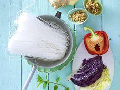 Köstlich fernöstlich! Wir zeigen Ihnen Schritt für Schritt, wie ein asiatischer Glasnudelsalat zubereitet wird. Das ist gar nicht schwer und gelingt garantiert.