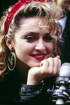 Idée Coiffure : Description coiffure headband, Madonna dans les années 80, bandeau rouge et boucles d'oreille - #Coiffure https://madame.tn/beaute/coiffure/idee-coiffure-coiffure-headband-madonna-dans-les-annees-80-bandeau-rouge-et-boucles-do/