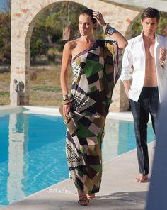 burda style, Schnittmuster, One-Shoulder-Kleid 06/2013 #106, Maxikleid in weitem Schnitt aus Printmusterstoff im Stil der 60s. Uni-Blenden bilden den Rahmen an Ausschnitt und Ärmelsaum.