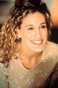 One of Sarah Jessica Parker's most loved performances was her role as the extravagant Carrie Bradshaw in Sex and the City. Whether wavy locks, a high ponytail or a sexy bun, click through to see the best looks spotted on the star in the cult show. Mary Kate Olsen, City Quotes, Movie Quotes, Kate Bosworth, Sarah Jessica Parker, Great Quotes, Quotes To Live By, Carrie Bradshaw Quotes, Carrie Bradshaw Hair