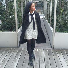 Robe laine XL – H&M Chemise blanche avec noeud – H&M Boots à talons – Janet Sport (Osmose boutique) Manteau long noir – NAF NAF Sac rouge – Sheinside