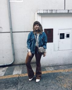 Corações são criaturas selvagens e é por isso que nossas costelas são gaiolas. Vest Jacket, Bomber Jacket, Battle Jacket, Look Vintage, Poses, Denim Outfit, Hipster, Photo And Video, Instagram Posts
