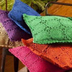 Easy DIY Chalk Painted Mason Jars What You Need: 3 mason jars Flowers Chalk paint (ultra-matte) Paint brush/waxing brush Finishing Shabby Chic Cushions, Boho Cushions, Crochet Cushions, Crochet Pillow, Pillows, Crochet Home, Knit Crochet, Crochet Cushion Cover, Diy Blanket Ladder