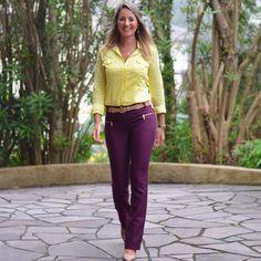 Look de trabalho - camisa amarela - amarelo e roxo - calça roxa - burgundy - look de verão - yellow - work outfit - look executiva - moda corporativa