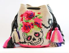 Handwoven mochila bag Skull/ Dia De Los Muertos by VaLArteorg Mochila Crochet, Crochet Tote, Crochet Purses, Knit Crochet, Crotchet Bags, Knitted Bags, Tapestry Bag, Tapestry Crochet, Purse Patterns