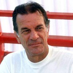 """Telê Santana -  Nos idos dos anos 1990, foi eleito por jornalistas, jogadores e ex-atletas o maior treinador da história da Seleção Brasileira de Futebol. A partir de 1990 até o início de 1996, comandou o São Paulo, conquistando duas vezes a Taça Libertadores da América e a Copa Intercontinental. É considerado o maior treinador são-paulino em todos os tempos e um dos ídolos do clube, sendo apelidado pela torcida com a alcunha de """"Mestre Telê""""."""
