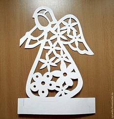 Чтобы сделать вот такого ангела нам потребуются: 2 листа картона А4 формата (можно и А3); карандаш; канцелярский ножик; ножницы. Приступаем. Берем 2 листа бумаги, скрепляем для удобства работы. Карандашом наносим рисунок (контур ангела). Внутри я украсила его цветочками, вы можете составлять свой узор. Скрепив 2 листа вместе скрепками, приступаем к вырезанию.