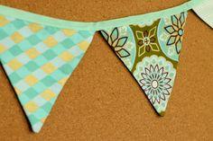 Presentes e Mimos - Bandeirinhas de tecido - Verde Água-  {Pronta-entrega} - faixa com aproximadamente 1,40 m - 10 bandeirinhas de tecido com fino acabamento - cada bandeirinha mede aproximadamente 12 cm x 12 cm - www.tuty.com.br #tuty #presentes #mimos #bandeirinhas #tecido