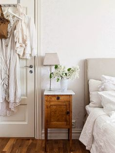 Interior design ideas: Bedroom decor with all white, petite night stand, warm wood floors, and crisp bright bedding. We are want to say thanks if you like to share this post to another. Decoracion Vintage Chic, Farmhouse Furniture, Farmhouse Decor, Home Decor Bedroom, Bedroom Ideas, Headboard Ideas, Bedroom Interiors, Bedroom Colors, Bedroom Night