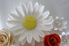 DIY / tutorial Learn how to make a fondant or gum paste Shasta Daisy Flower. You can use this sugar flower to decorate fondant cakes / wedding cakes. Fondant Flower Tutorial, Fondant Flowers, Sugar Flowers, Cake Tutorial, Diy Tutorial, 70th Birthday Cake, Gum Paste Flowers, Gluten Free Cakes, Pasta Flexible