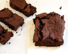 """Brownie z kaszy jaglanej i bananów. Bez dodatku cukru i mąki. Oczywiście nie smakuje jak """"prawdziwe"""" czekoladowe brownie, ale jest ciekawą odmianą dla wielbicieli ciast czekoladowych lub propozycją dla osób… My Dessert, Food And Drink, Low Carb, Sweets, Healthy Recipes, Vegan, Cookies, Cake, Desserts"""