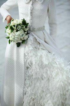 Falda de plumas bajo un abrigo estilo Chanel