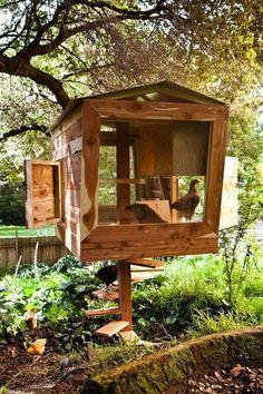 Einer der innovativsten Chicken Coop Designs haben wir gesehen, diese erhöhten Einheit verfügt über eine Wendeltreppe zur Einreise und viele große Öffnungen für Vögel zu betreten und verlassen.