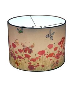 Light and happy these colorful butterflies flutter through the sky at Butterflies Wonderlamp. This lampshade has a clean white exterior with lovely butterflies that add júst that extra little bit of colour in every room. With the lamp on it changes into a colorful field with poppies! #wonderlamp #hartendief #butterflies #girls #kids #kidsroom