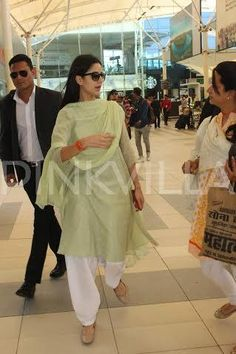 In a development that is bound to make many young hearts skip a beat, the vivacious Katrina Kaif was recently spotted at the airport Sporting a simpl. Katrina Kaif Body, Katrina Kaif Photo, Indian Fashion Dresses, Indian Outfits, Indian Clothes, Bollywood Stars, Bollywood Fashion, Deepika Padukone Style, Indian Wedding Photography Poses