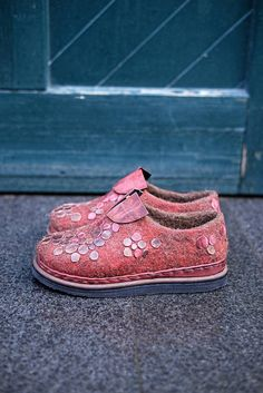 felted woman shoes in red - boiled wool shoes - wet felted shoes - natural wool shoes - wool felt shoes - women casual shoes - eco shoes Felt Boots, Wool Shoes, Felted Slippers, How To Make Shoes, Trends, Wool Felt, Lana, Casual Shoes, Shoe Boots