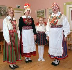 Three different types of striped skirts from Audru parish, West Estonia, near Pärnu. I like most the ones with red/green and red/blue combination. Women wearing apron and coif are wedded women. Girl`s skirt showed here is by all means too short, but on the other hand the height of the hemline has always varied according to fashion :D  Pildil on Audru neljast seelikumustri ja -värvimoe põhitüübist  kolm. http://www.parnupostimees.ee/203142/audru-seelikumustrid-levisid-laanemaalegi/#