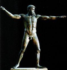 Calamide o bottega di (attribuito), Zeus o Poseidon di Capo Artemisio, 460 a.C. Bronzo, h. 209 cm. Atene, Museo Nazionale. L'opera fu rinvenuta nel 1926 nei pressi di Capo Artemisio (isola Eubea), accanto ad un relitto romano. Con tutta probabilità la statua stava per essere trasportata a Roma ma per qualche motivo la nave affondò in mare. Non è chiaro cosa dovesse tenere nella mano destra, forse un fulmine oppure un tridente (si tratterebbe quindi di una figura di Zeus o di Poseidone)