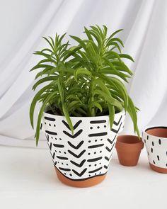 Black and White Mudcloth Planter — Franky and J. Painted Plant Pots, Painted Flower Pots, Painted Pebbles, Pots D'argile, Flower Pot Design, White Plants, Cement Crafts, Diy Planters, Diy Painting