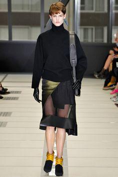 Balenciaga חוסר טעם מהסוג שמרגש אותי ומרגיש כמו גיבוב מקורי של מישהי שהתנסתה באופנה לראשונה בחייה