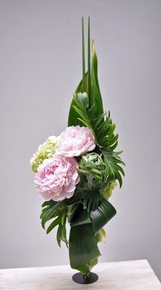 Pretty Floral arrangement with woven leaves and Peonies! Contemporary Flower Arrangements, White Flower Arrangements, Peony Arrangement, Creative Flower Arrangements, Deco Floral, Arte Floral, Arrangements Ikebana, Arreglos Ikebana, Corporate Flowers