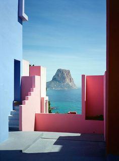 Avec une architecture minimaliste ressemblant à une forteresse tout droit sorti d'un film médiéval, c'est La Muralla Roja de Ricardo Bofill qu'on vous prése