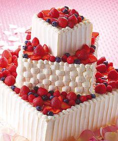 ベリーのウェディングケーキ 2段目を籠の様にクリームで絞り、そこからフルーツがこぼれでるイメージで作成されたケーキ。