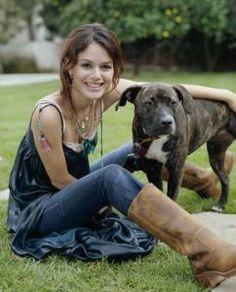 Rachel Bilson https://sugarpitbulls.wordpress.com/2015/03/17/mulheres-famosas-e-pitbulls-2/