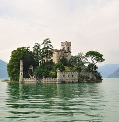 Sinking castle, Lake Garda, Italy. | http://waterfronttravler.com