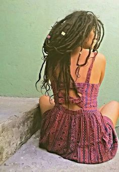 Ou awesome long and dark dreadlocks and really gorgeous dress! Very sweet and inspiring photo! I like her pose, this place, her style. Wildness, passion and sweetness! Dreadlock Rasta, Dreadlocks Girl, Dreadlock Hairstyles, Messy Hairstyles, Black Hairstyles, Wedding Hairstyles, Freeform Dreads, White Dreads, Natural Dreads