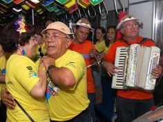 Em PE, Trem do Forró inicia série de viagens a partir de 1º de junho Ingressos ainda estão à venda e custam entre R$ 80 e R$ 190. Vagões partem do Recife e param no Cabo de Santo Agostinho. É no dia 1° de junho que o tradicional Trem do Forró faz a primeira das sete viagens programadas para o mês junino. Os vagões animados com trios pé-de-serra partem do Recife para o Cabo de Santo Agostinho, na Região Metropoli 24/05/2013 20h03 - Atualizado em 24/05/2013 20h11 (Leia [+] clicando na imagem)