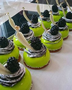Small Desserts, Fancy Desserts, Sweet Desserts, Sweet Recipes, Delicious Desserts, Decoration Patisserie, Pastry Art, Beautiful Desserts, Cupcakes
