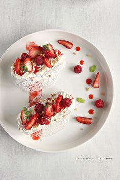 fraisesmelba045 Fraises Melba (meringues à la cacahuètes, glace à la vanille, crème chantilly mascarpone, coulis de fruits rouges )