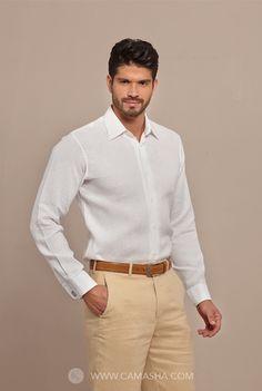 Básica camisa en colores de temporada y ojal para uso de mancuernillas.