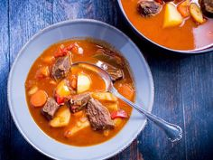 Gullash soup recipe – Hungarian gullash at its best - Suppe Soup Recipes, Dessert Recipes, Cooking Recipes, Desserts, World Recipes, Food Blogs, Pot Roast, Food Inspiration, Thai Red Curry