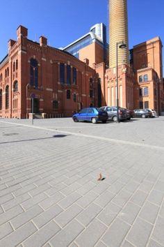 #EC1 w Łodzi. Przestrzeń wokół dawnej elektrociepłowni została wybrukowana kostką #Polbruk Prostokąt z fazą www.polbruk.pl