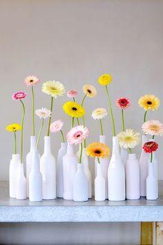 Fácil y preciosa decoración de cristal reciclado pintado y flores naturales de gerberas surtidas