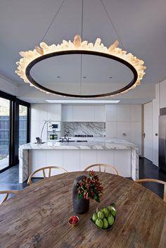 cozinha branca com tampos e frontao em marmore ( tipo carrara ) chao preto lustre de onix (Foto: Jaime Diaz-Berrio) Casa Vogue Brasil