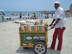 Martín Murillo and his literary cart La Carreta Literaria #bookmobile on the beach in Cartagena de Indias, Colombia #bookmobiles #booklove Read more about this great project