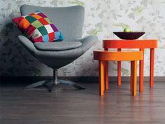 Orange är en av höstens trendigaste accentfärger. Tapeten: Queen Snow White 3230 från DecorMaison. Trägolv från Tarkett.