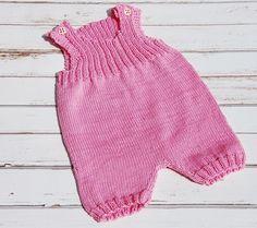 Diese Latzhose ist eine perfekte Sommerhose für kleine Mädchen. Sie ist aus reinem Baumwollgarn handgestrickt in wunderschönem Rosa. Die Träger der...