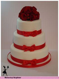 wedding cake rouge et bouquet de rose
