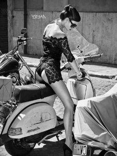 (Page / Forum Vespa général / Forum Vespa Style Scooter Girl, Vespa Girl, Mod Scooter, Motor Scooters, Vespa Scooters, Biker Chick, Biker Girl, Vespa Models, Piaggio Vespa