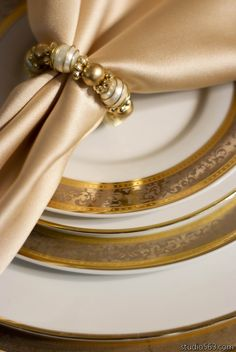 My napkin rings.love the gold napkins Gold Napkin Rings, Gold Napkins, Beautiful Table Settings, Napkin Folding, Elegant Dining, Dinner Sets, Gold Christmas, Decoration Table, Place Settings