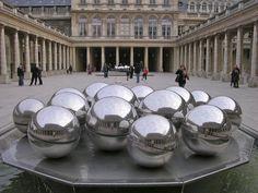 La fontaine-sculpture de Pol Bury  dans la cour du Palais-Royal à Paris
