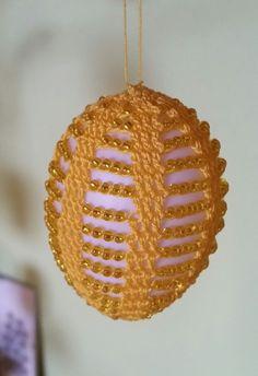 Hallo Ihr lieben fleißigen, hab für euch noch schnell ein paar super Ostereier entworfen. Alles was Ihr braucht: Häkelnadel 1,25 Garn Aida 20, Rocailles 9/0 und Plastik oder echte Eier ausgepustet Etwa 2 Stunden mit Perlen, 1 Stunde ohne Perlen müsst Crochet Bikini Pattern, Crochet Motif, Victorian Christmas Ornaments, Easter Crochet Patterns, Diy Ostern, Quilling Designs, Easter Crafts, Easter Eggs, Diy And Crafts
